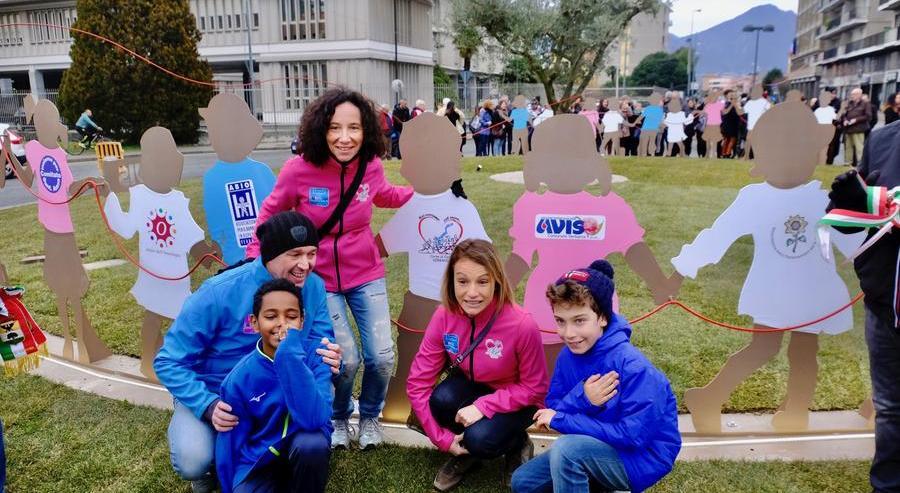 Bambini e famiglie alla rotonda delle associazioni