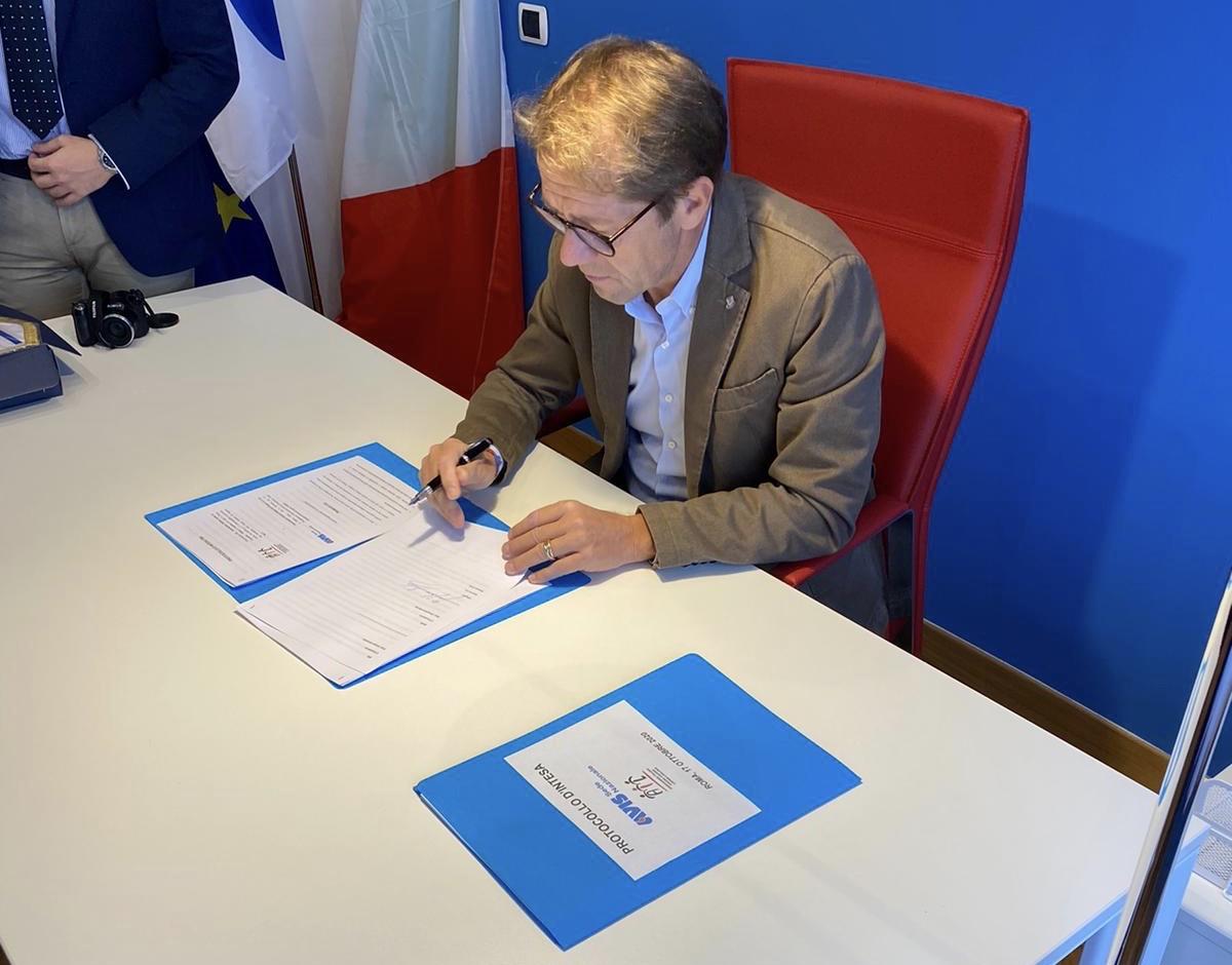 Il presidente di AVIS Nazionale, Gianpietro Briola, firma il protocollo d'intesa