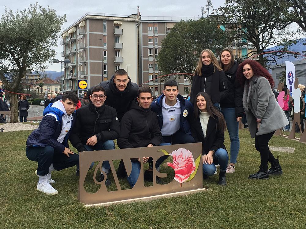 Studenti in gruppo sulla rotonda delle associazioni